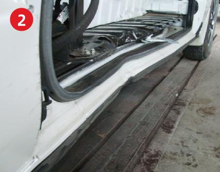 ロッカパネル・ステップが大きく破損。