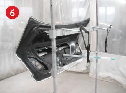 ヒンジ・トランク新品パネル塗装前。