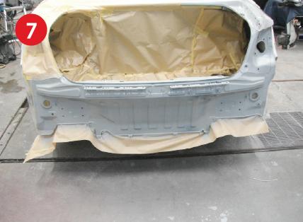 マスキング完了・バックパネル防錆塗装後。シルバー上塗り前。