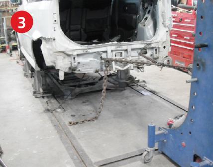車体固定・荒出し引き作業。