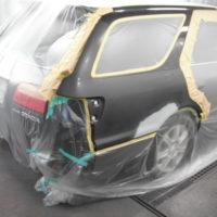 クオーターパネルはパテ、サフェーサを入れ、バンパーは外し単体で塗装します。